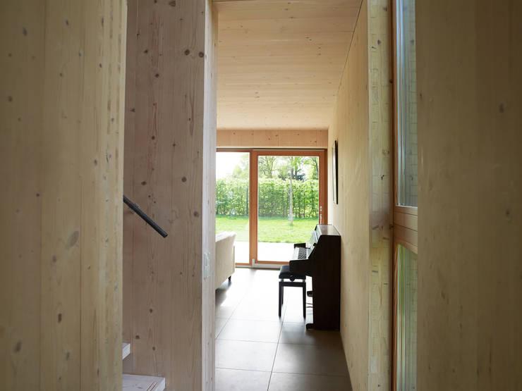 Projekty,  Korytarz, przedpokój zaprojektowane przez Thomas Kemme Architecten