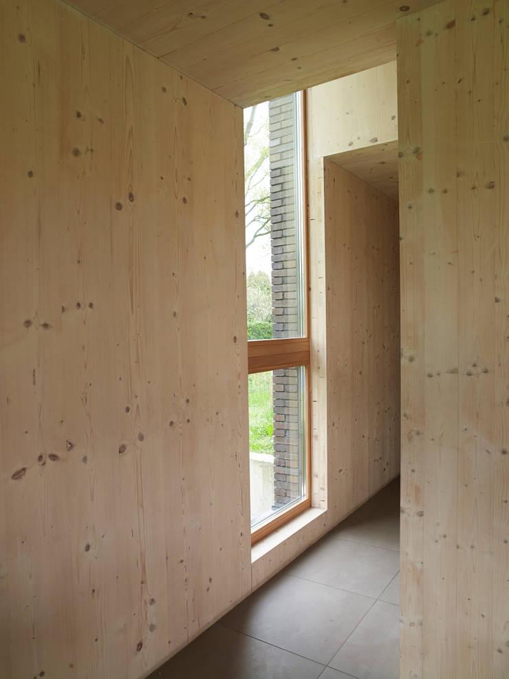 Passiefhuis Witven:  Gang en hal door Thomas Kemme Architecten