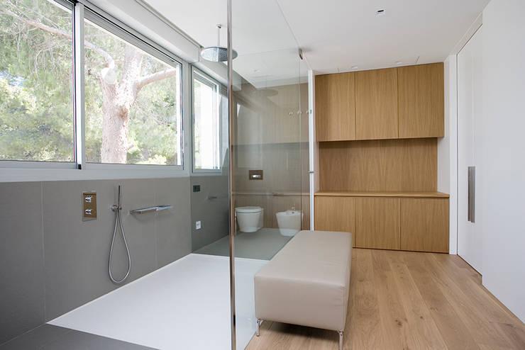 Vivienda unifamiliar en Dénia, Alicante: Baños de estilo moderno de Jorge Belloch interiorismo
