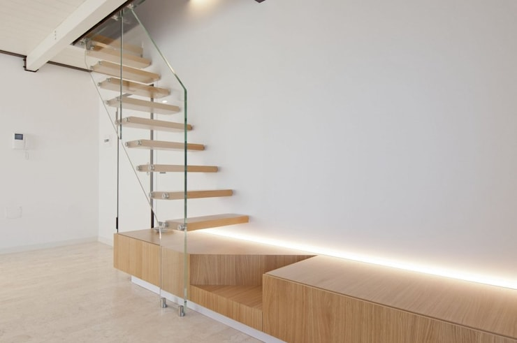 mobile tv - scala in vetro e legno: Ingresso, Corridoio & Scale in stile  di Andrea Stortoni Architetto