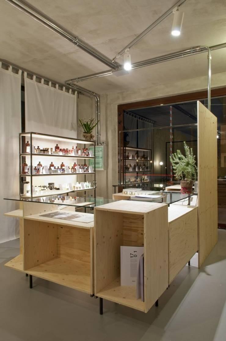 bancone principale: Negozi & Locali commerciali in stile  di Andrea Stortoni Architetto, Industrial