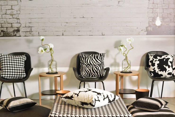 Dekokissen und black and white: moderne Wohnzimmer von APART