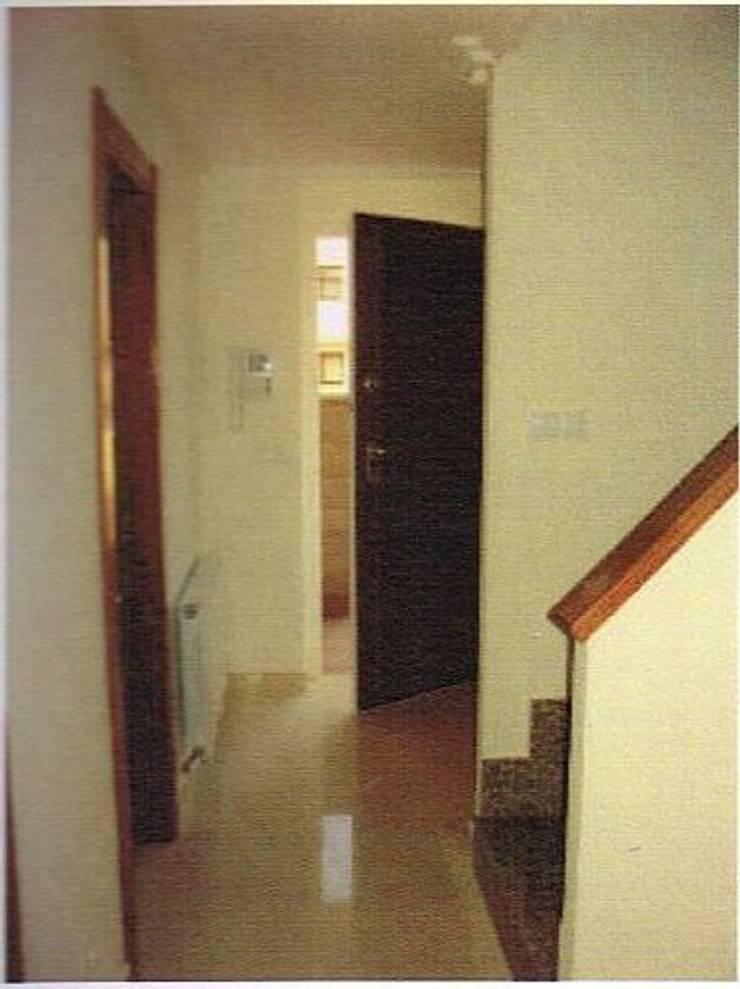 Foto inicial del recibidor :  de estilo  de A H Decoración e interiorismo
