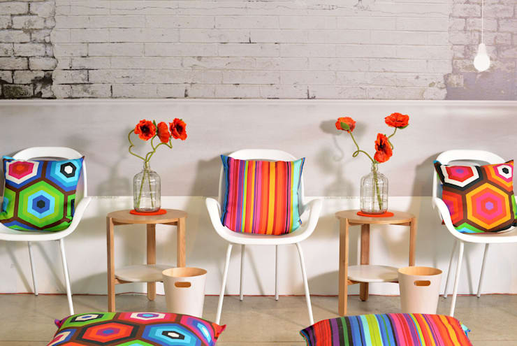 Starke Dessins und tolle Farben: moderne Wohnzimmer von APART