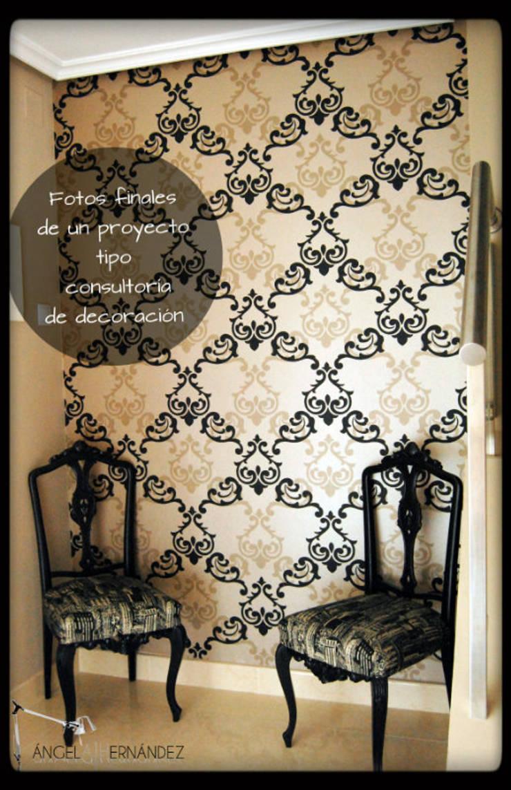 Papel pintado: Vestíbulos, pasillos y escaleras de estilo  de A H Decoración e interiorismo