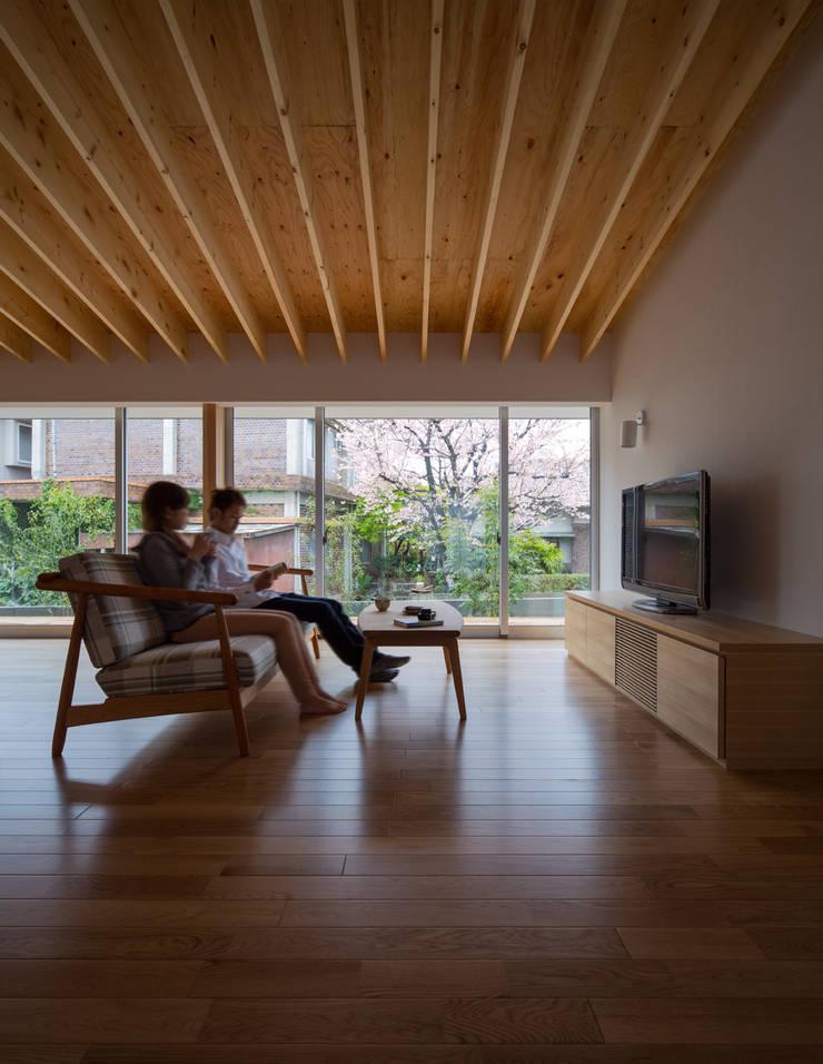 梅香苑の家: 中野晋治建築研究室が手掛けたリビングです。