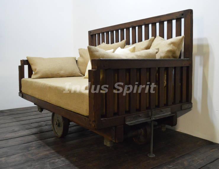 Canapé design industriel: Salon de style de style Industriel par Indus Spirit
