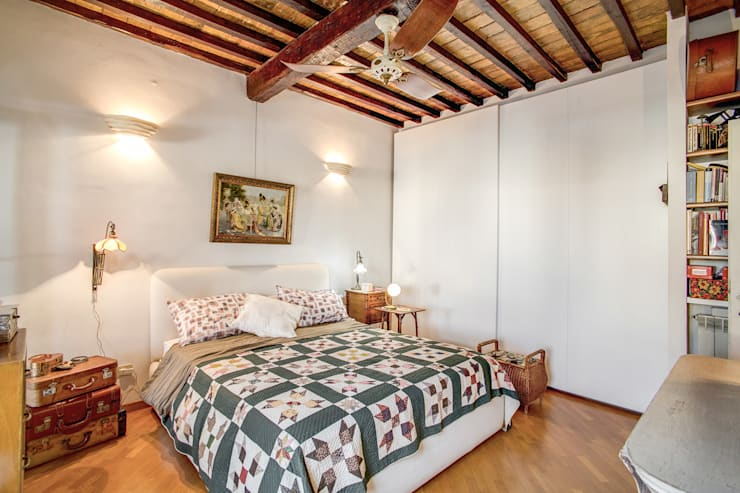SUBURRA : Camera da letto in stile  di MOB ARCHITECTS