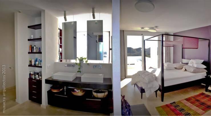 Casa Beirholm: Baños de estilo  de Muxacra Arquitectos