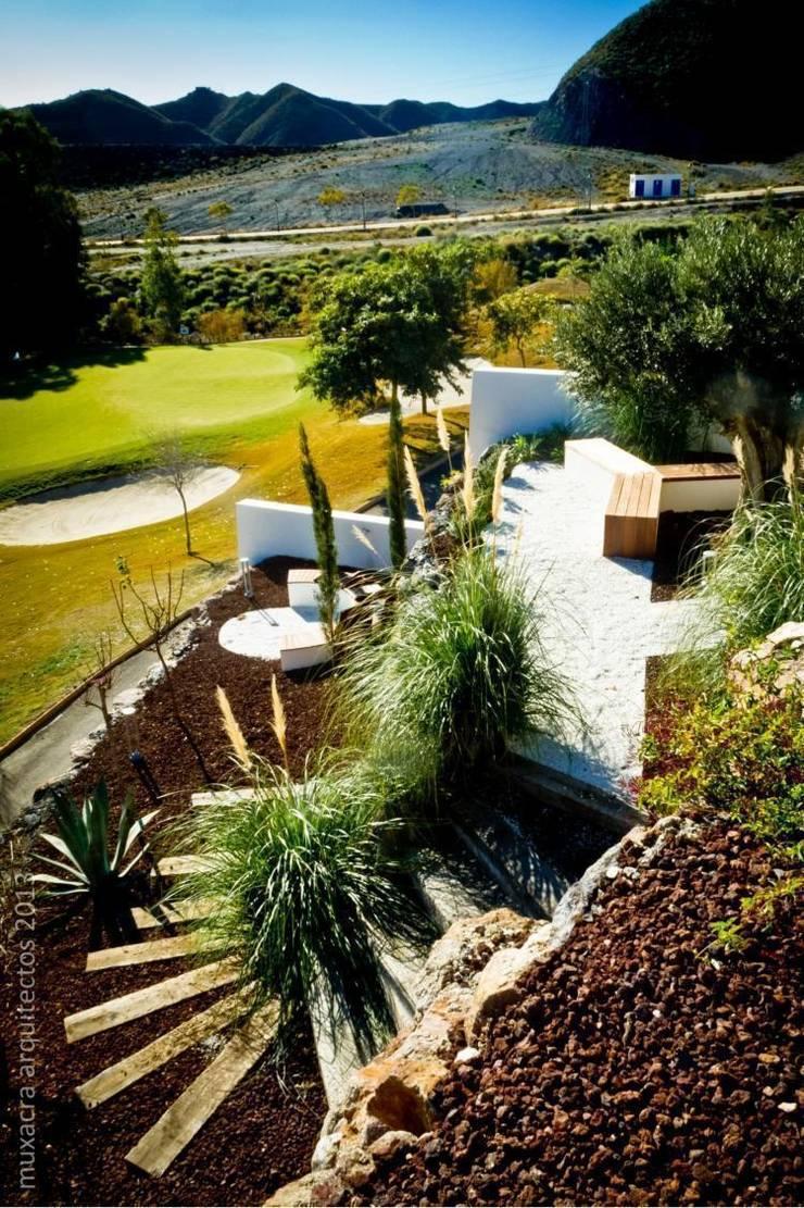 Casa Beirholm: Jardín de estilo  de Muxacra Arquitectos