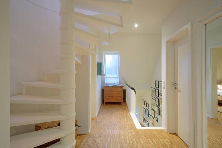Couloir et hall d'entrée de style  par Kirsch Architekten BDA