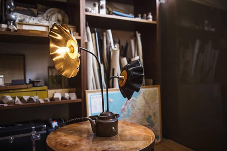 Sunflower: Soggiorno in stile in stile Industriale di Laboratorio Arc&Craft