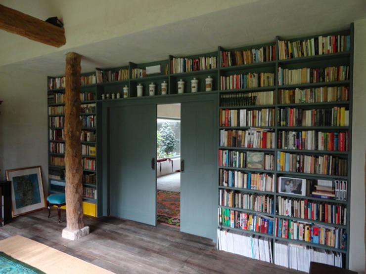 Librería: Salones de estilo  de MUEBLES DE LA GRANJA