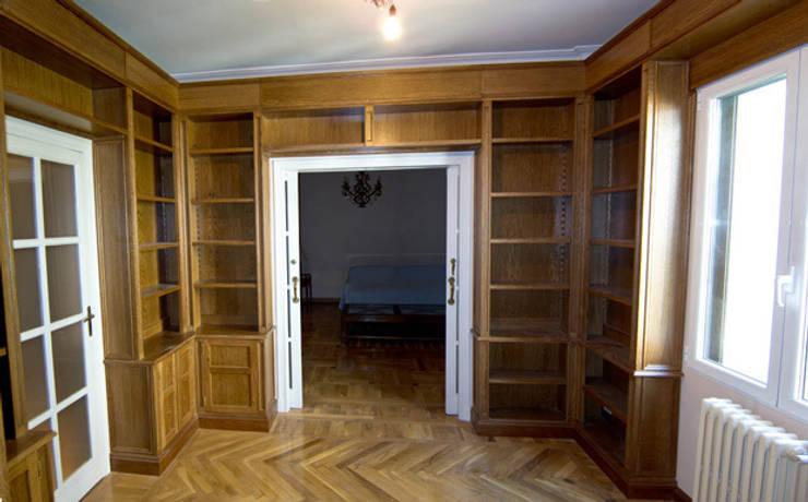 Librerí clásica: Salones de estilo  de MUEBLES DE LA GRANJA