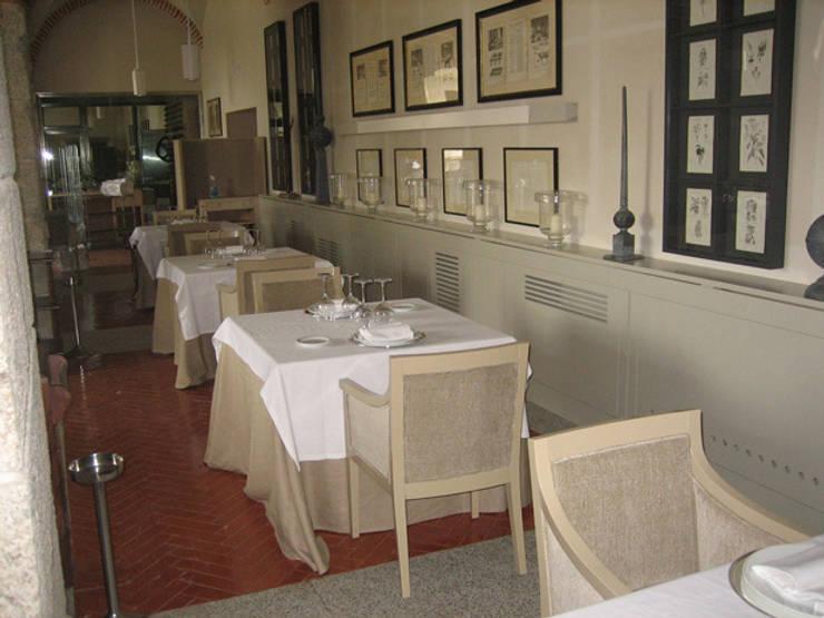 Cubre-radiador para el Parador de La Granja de San Ildefonso: Hoteles de estilo  de MUEBLES DE LA GRANJA