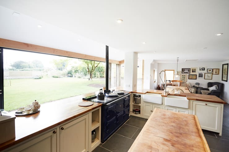 Country Kitchen:  Kitchen by Hart Design and Construction