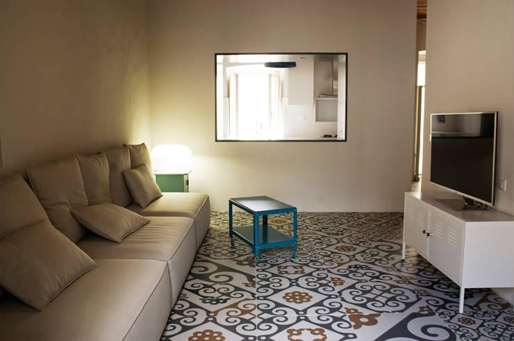 Salone: Soggiorno in stile in stile Moderno di UnAltroStudio