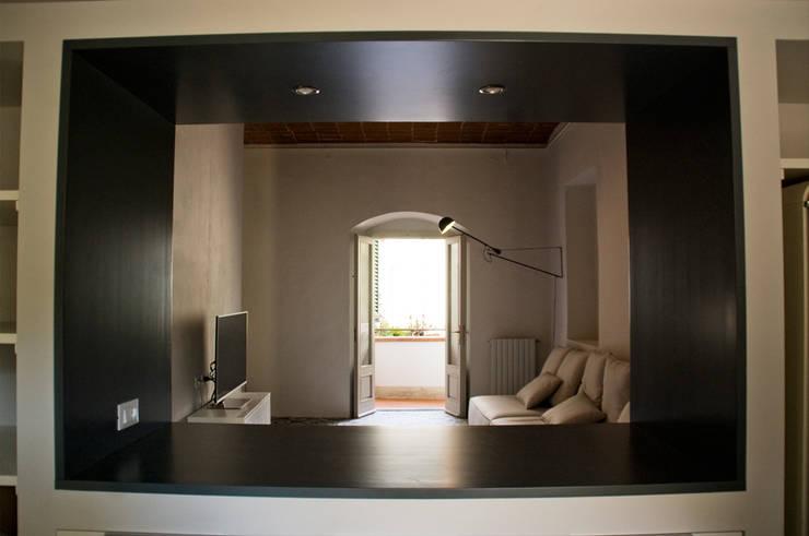 Vista da cucina verso soggiorno: Soggiorno in stile in stile Minimalista di UnAltroStudio
