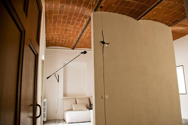 Ingresso: Ingresso & Corridoio in stile  di UnAltroStudio