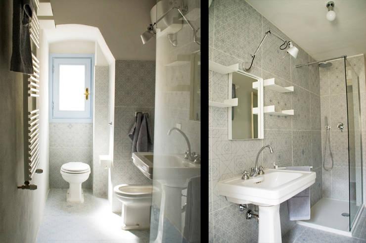 Bagno: Bagno in stile in stile Moderno di UnAltroStudio