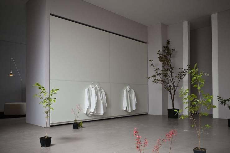 Wardrobes:  Bedroom by Reeva Design
