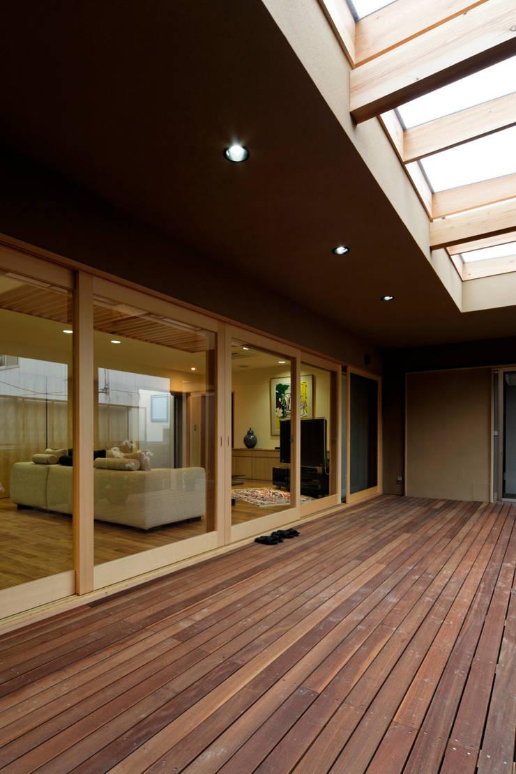 Terrazas de estilo  de 長谷雄聖建築設計事務所, Ecléctico