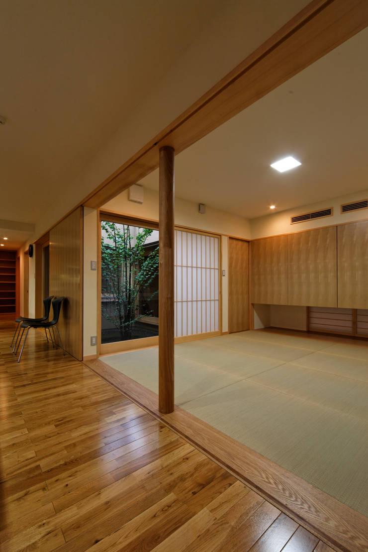 Salas multimedia de estilo  de 長谷雄聖建築設計事務所, Ecléctico