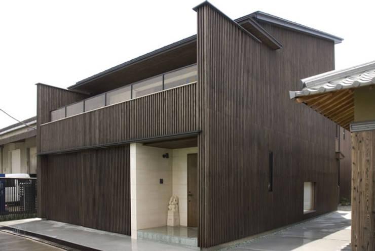風の家の外観: 森村厚建築設計事務所が手掛けた家です。,和風 木 木目調