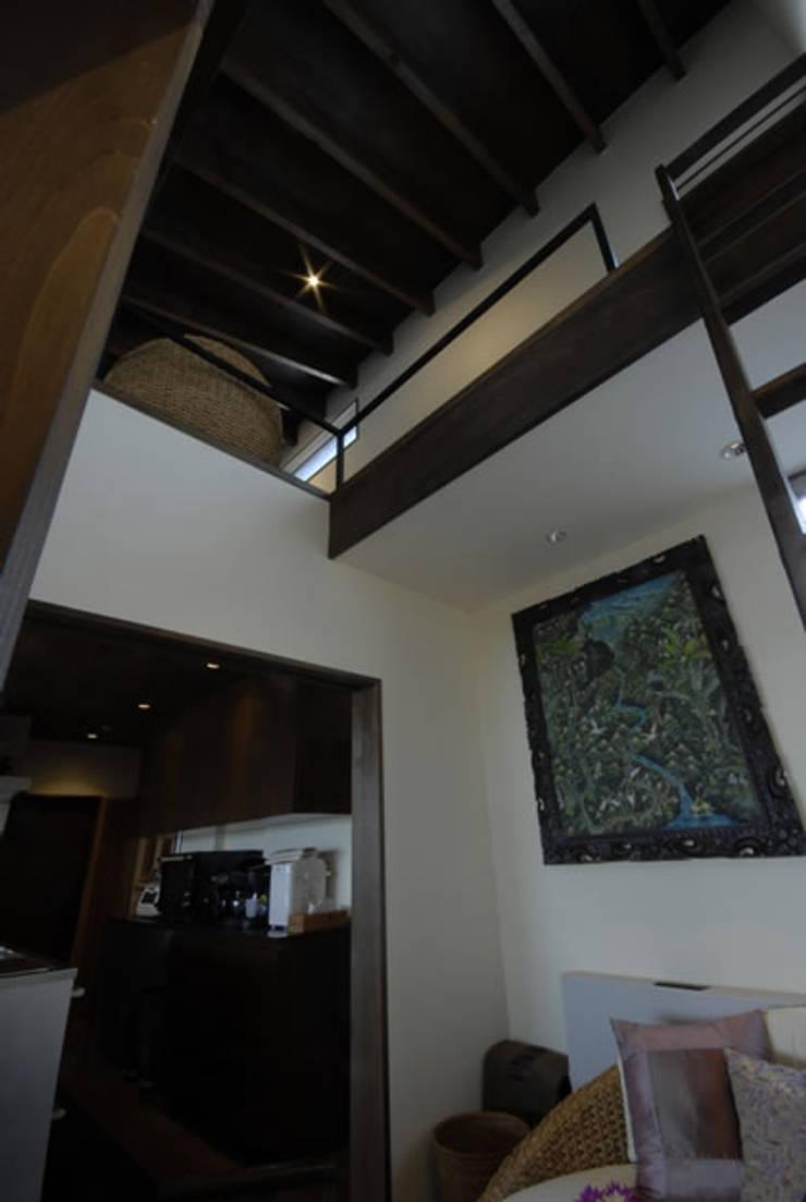 風の家の吹抜: 森村厚建築設計事務所が手掛けた和室です。,和風 無垢材 多色