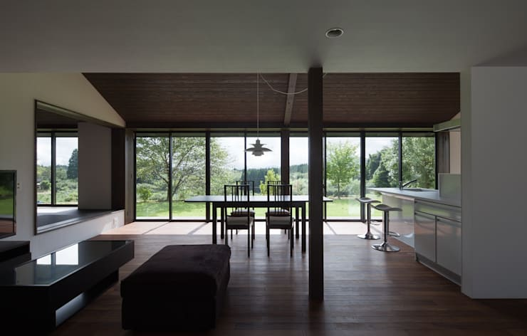 眺望の家: ろく設計室が手掛けたリビングです。