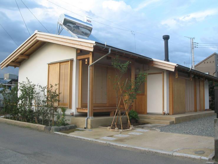 西側外観: 梅澤典雄設計事務所が手掛けた家です。,ラスティック
