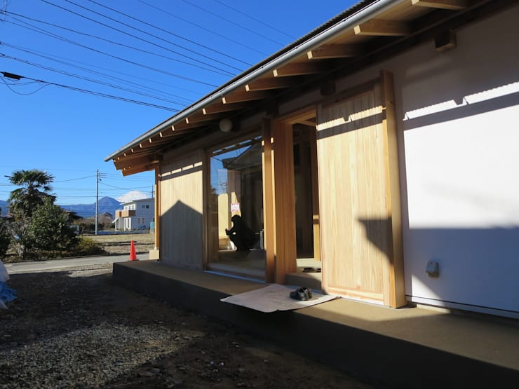 南側テラス: 梅澤典雄設計事務所が手掛けた家です。,ラスティック