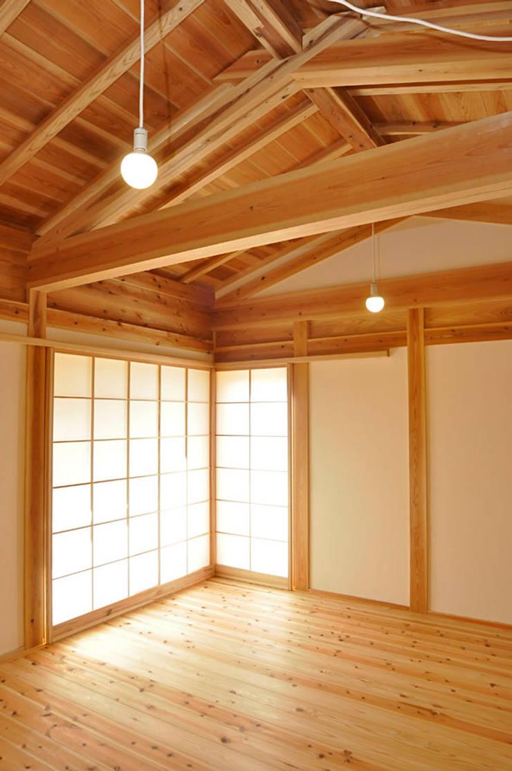居間: 梅澤典雄設計事務所が手掛けたリビングです。,ラスティック