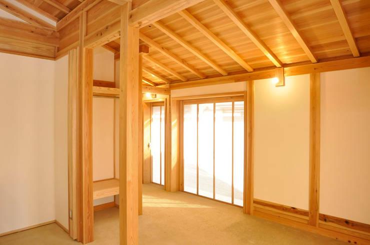 土間: 梅澤典雄設計事務所が手掛けた和室です。,ラスティック
