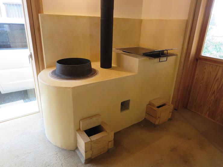 かまど: 梅澤典雄設計事務所が手掛けたキッチンです。