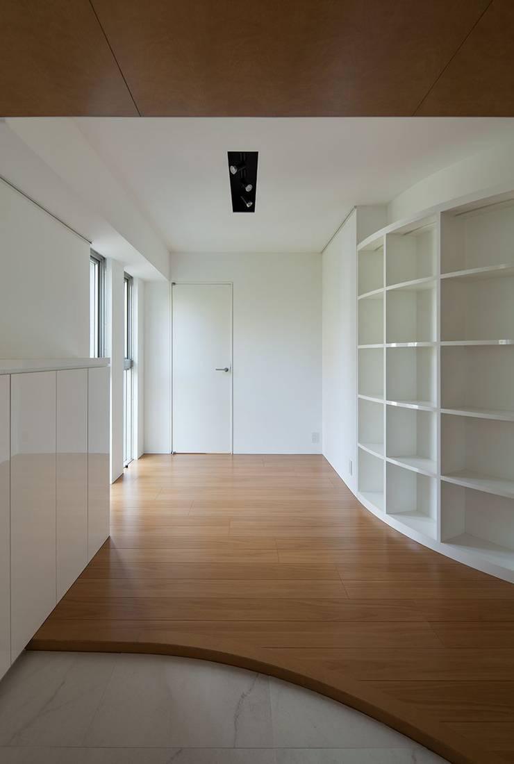 香椎浜のマンションリノベーション: ろく設計室が手掛けた玄関&廊下&階段です。