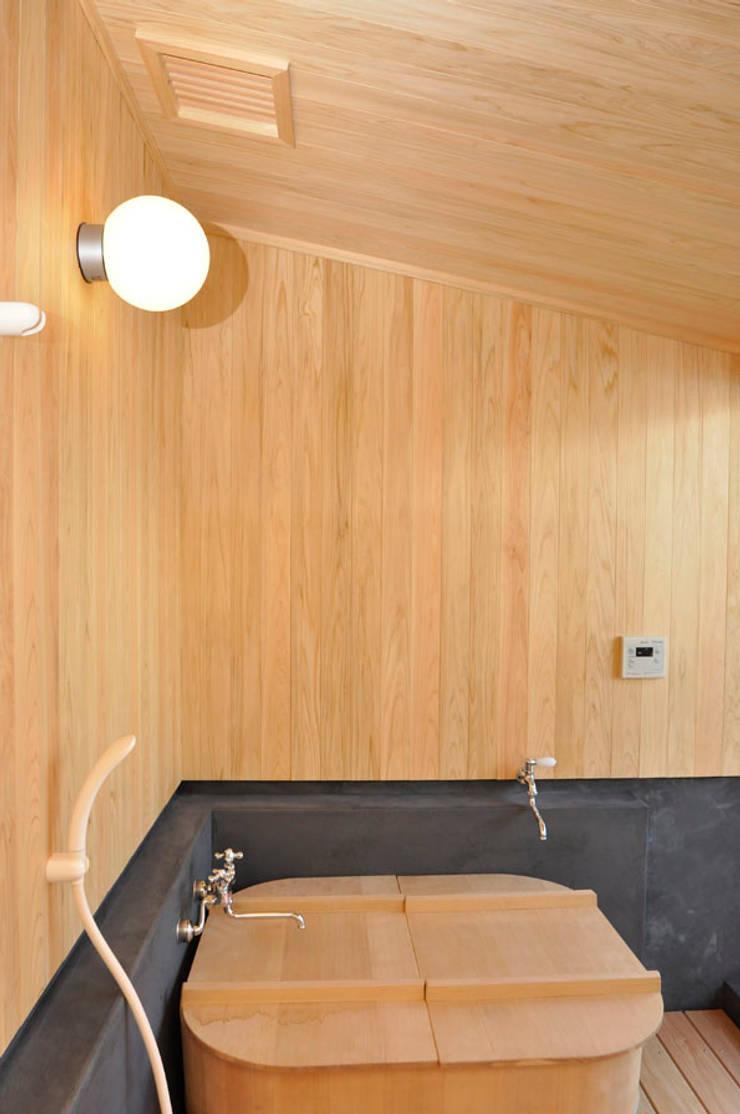 ヒノキ風呂: 梅澤典雄設計事務所が手掛けた浴室です。,ラスティック