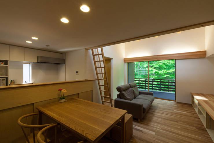 旧軽井沢の家: 光風舎1級建築士事務所が手掛けたリビングです。,北欧
