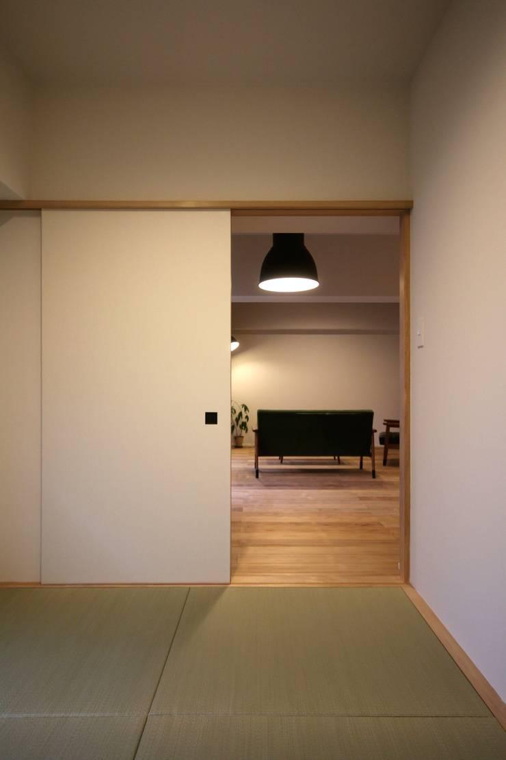 HOUSE U (リノベーション): ろく設計室が手掛けた寝室です。