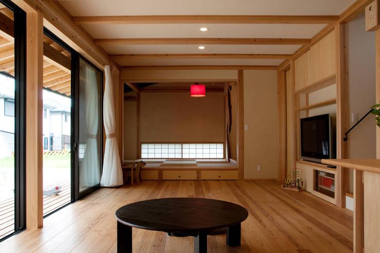 エコ・レトロの家: 大森建築設計室が手掛けたリビングです。,クラシック