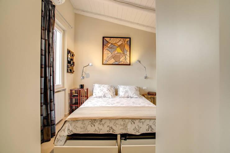 SPAVENTA: Camera da letto in stile in stile Moderno di MOB ARCHITECTS