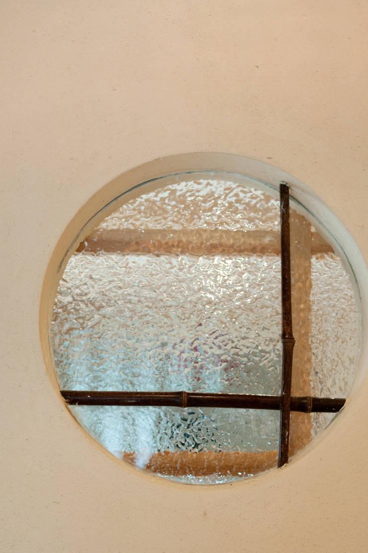エコ・レトロの家: 大森建築設計室が手掛けた窓です。,クラシック