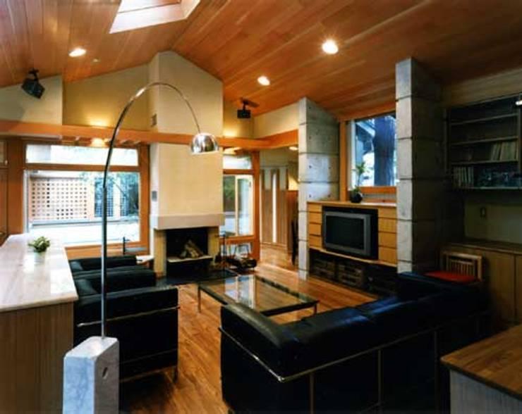 家族室: 片倉隆幸建築研究室が手掛けたリビングルームです。