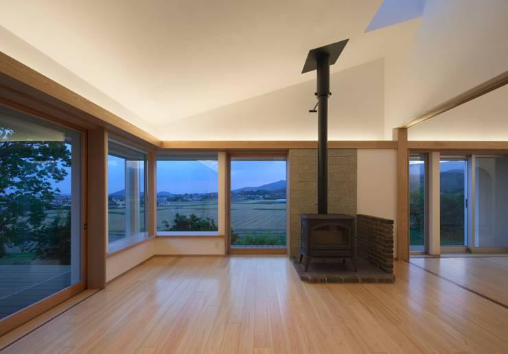 庚申堂の家: ろく設計室が手掛けたリビングルームです。
