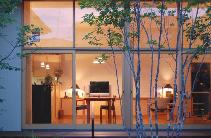 中庭からリビング夜景: FURUKAWA DESIGN OFFICEが手掛けたリビングです。,モダン
