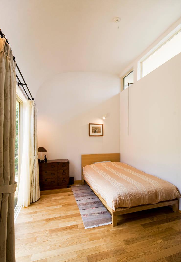 採光・通風の良い寝室: FURUKAWA DESIGN OFFICEが手掛けた寝室です。,モダン