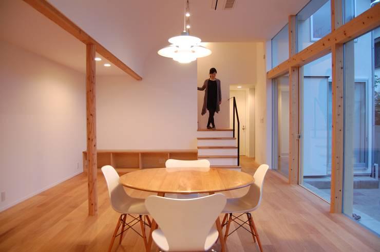 リビングから階段: FURUKAWA DESIGN OFFICEが手掛けた廊下 & 玄関です。
