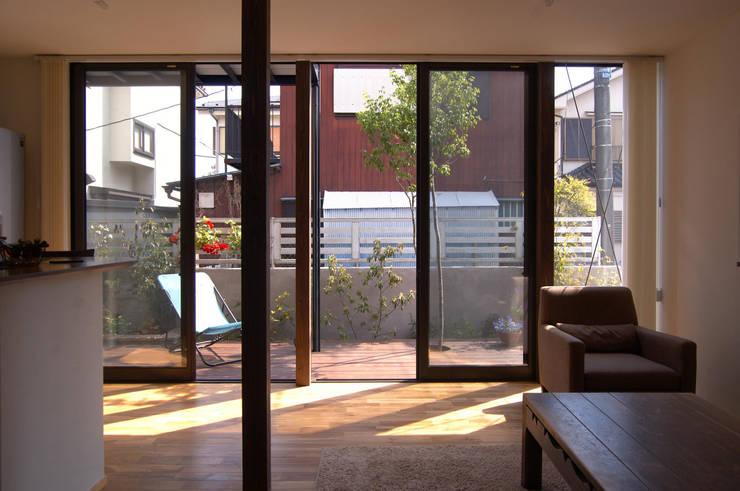 リビングから庭の眺め: FURUKAWA DESIGN OFFICEが手掛けたリビングです。