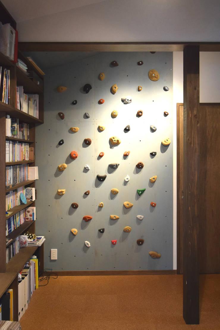 クライミングウォール: FURUKAWA DESIGN OFFICEが手掛けた和室です。,モダン