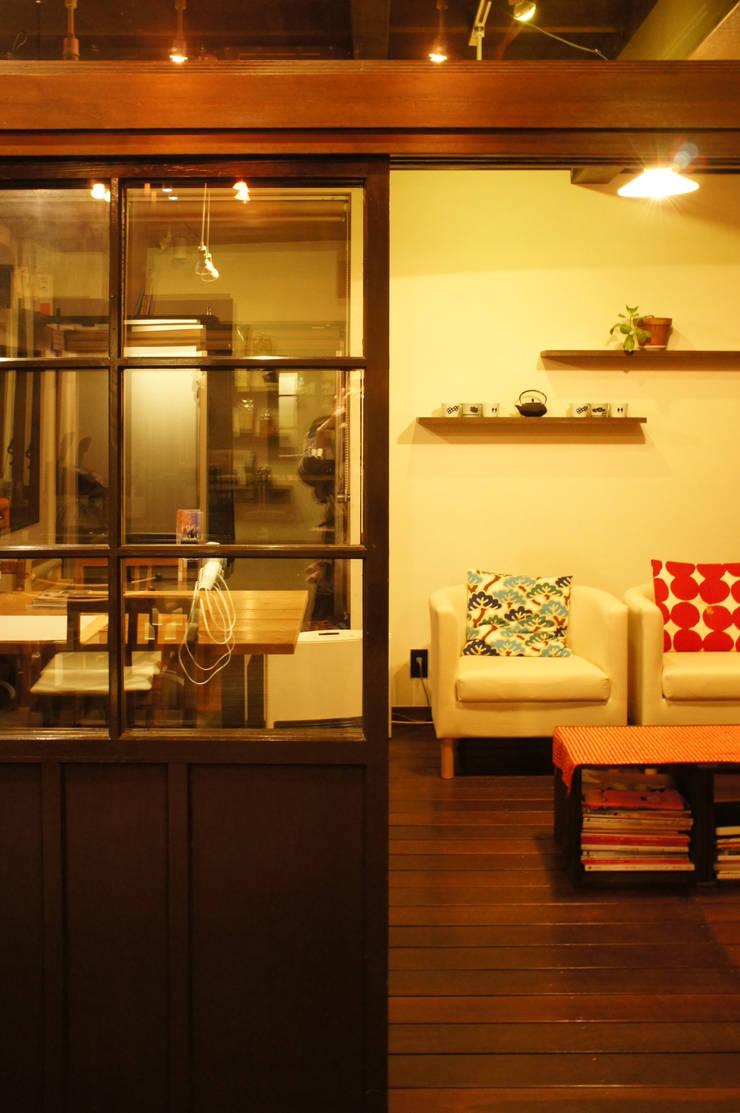 カフェスペース: FURUKAWA DESIGN OFFICEが手掛けたリビングです。,モダン